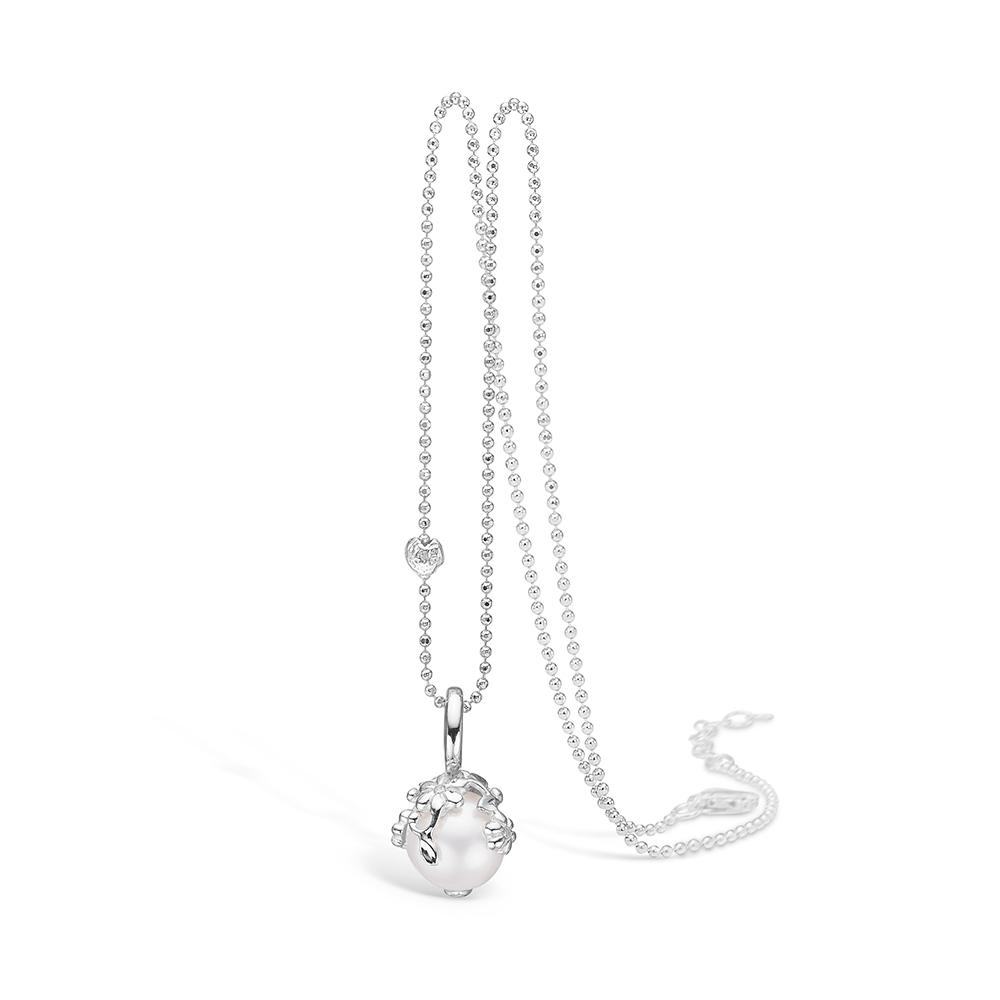 Image of   Blossom 14 kt hvidguld perle vedhæng med 4 brill i alt 0,04 ct, sølv halskæde, 80 cm